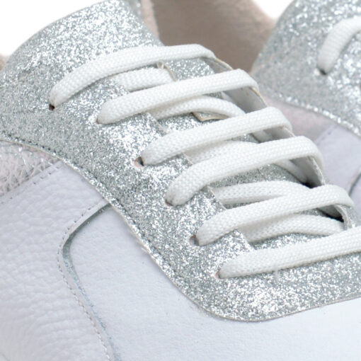 Zapatillas blanco y plata con detalles en glitter