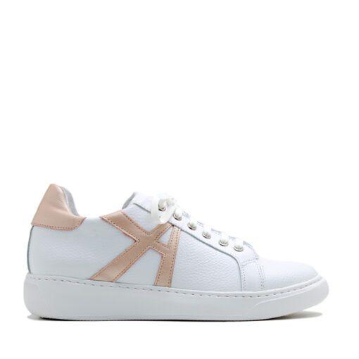 Zapatillas blancas con detalles nude