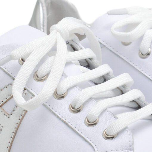 Zapatillas en cuero blanco y vivos plata